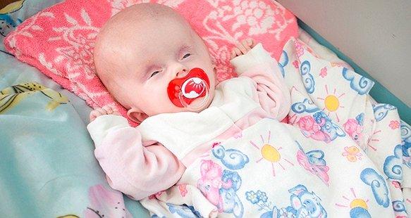 Крихітка Аня бореться за життя