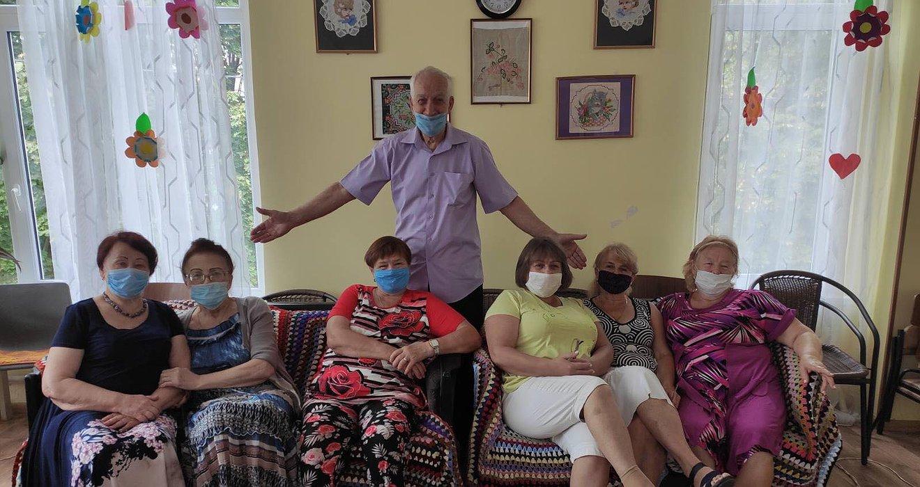 Місце спілкування для самотніх стареньких. 2