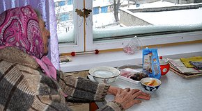 Feed the elderly during quarantine. 3