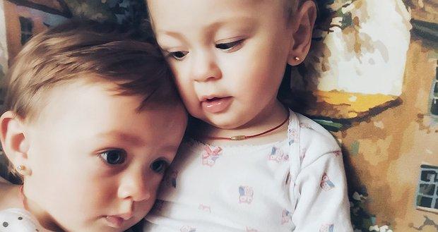 Дві сестрички хочуть чути!
