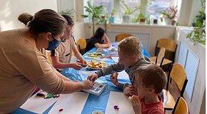 Mobile art studio for children in the hospital