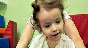 Допоможіть Вероніці обійняти сестричку! 2