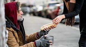 Подарунок надії – нагодуй та одягни бездомну людину